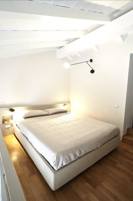 Camera da letto: Pavimento in stile  di bernuzzisamoriarchitetti