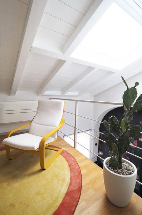 Area lettura e relax: Pavimento in stile  di bernuzzisamoriarchitetti