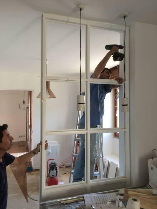 Posa in opera vetrata in legno: Cucina in stile  di 02A Studio