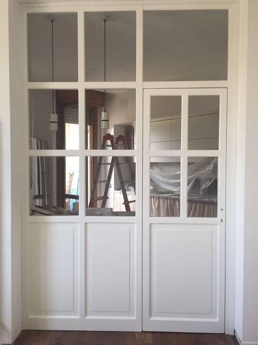 Parete vetrata montata: Sala da pranzo in stile  di 02A Studio