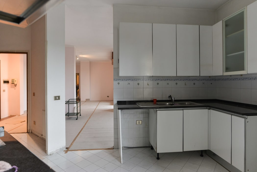 Parete da demolire cucina: Cucina attrezzata in stile  di 02A Studio