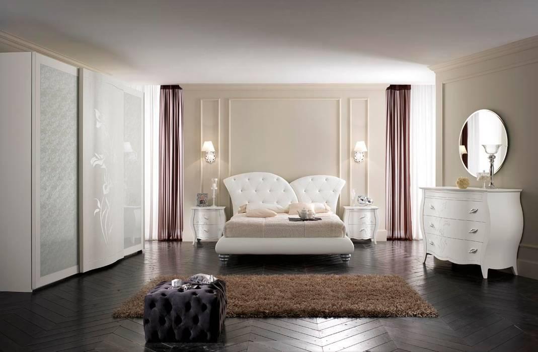 Lo stile classic-chic in camera da letto: Camera da letto in stile in stile Classico di Ferrari Arredo & Design