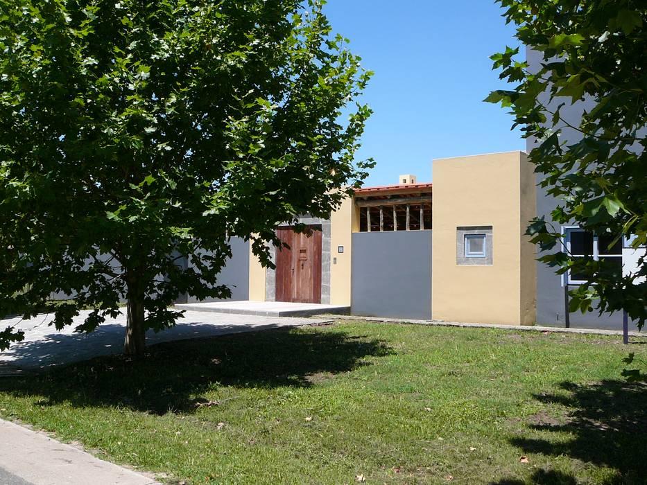 CASA EN CENTAUROS CC.: Casas unifamiliares de estilo  por Estudio Dillon Terzaghi Arquitectura - Pilar