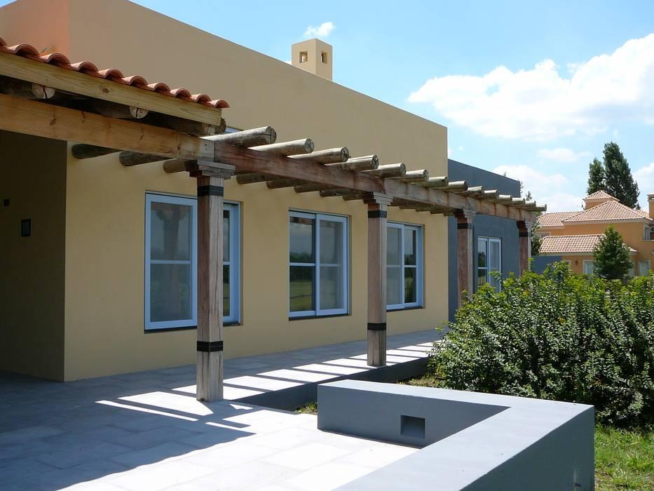CASA EN CENTAUROS CC: Casas de estilo moderno por Estudio Dillon Terzaghi Arquitectura