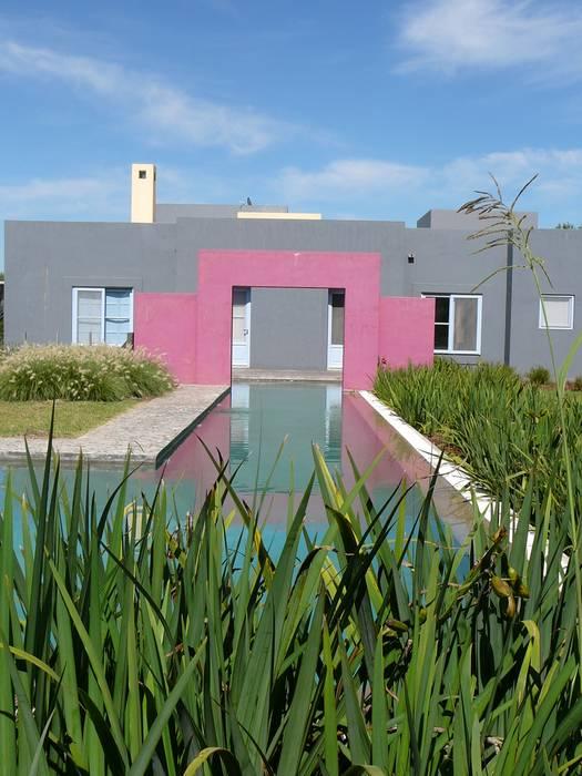 CASA EN CENTAUROS C.C. Pileta y canal de nado: Casas unifamiliares de estilo  por Estudio Dillon Terzaghi Arquitectura - Pilar