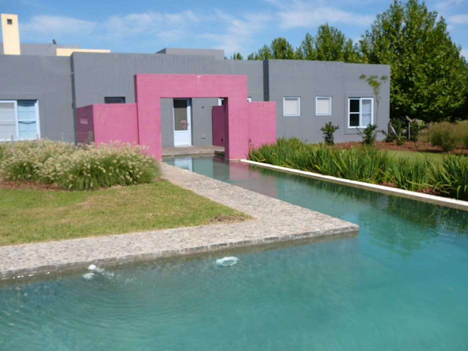 Pileta casa en Centauros Club de Campo: Piletas de jardín de estilo  por Estudio Dillon Terzaghi Arquitectura - Pilar