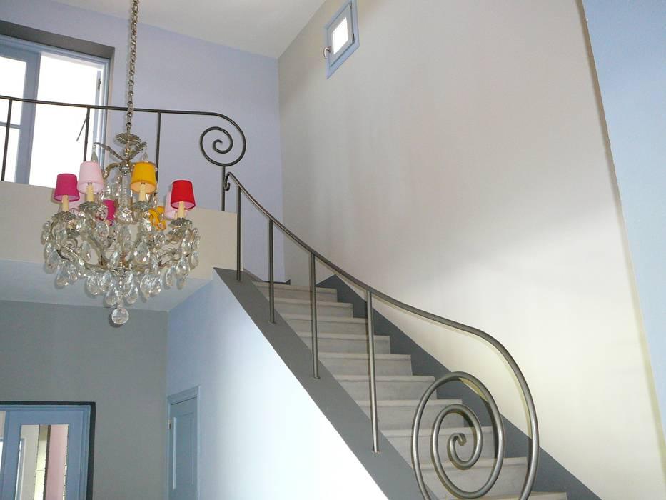 EXTRAÑA BARANDA DE ESCALERA: Escaleras de estilo  por Estudio Dillon Terzaghi Arquitectura