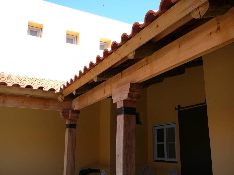 Galería de troncos y tejas portuguesas: Casas unifamiliares de estilo  por Estudio Dillon Terzaghi Arquitectura - Pilar