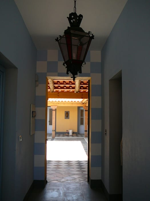 PASILLO ENTRE PATIOS: Pasillos y recibidores de estilo  por Estudio Dillon Terzaghi Arquitectura