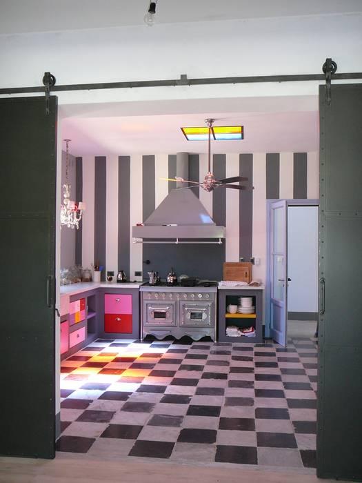 COCINA MUY DIVERTIDA: Cocinas a medida  de estilo  por Estudio Dillon Terzaghi Arquitectura - Pilar,