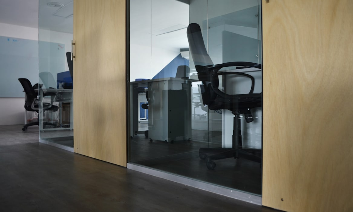Oficinas privadas: Oficinas y tiendas de estilo  por Estudio Raya