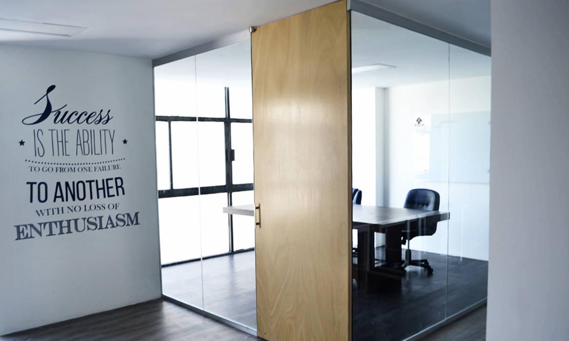 Sala de capacitación: Oficinas y tiendas de estilo  por Estudio Raya