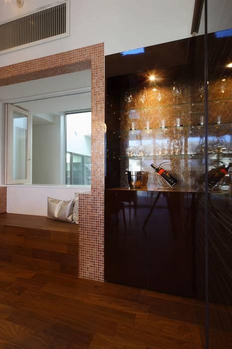 バーコーナー: ㈲滝下秀之建築アトリエが手掛けたワインセラーです。,モダン 木 木目調