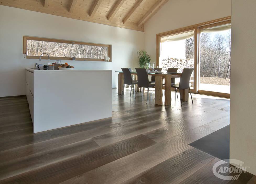 Parquet Vecchia Noghera Corteccia: Sala da pranzo in stile  di Cadorin Group Srl