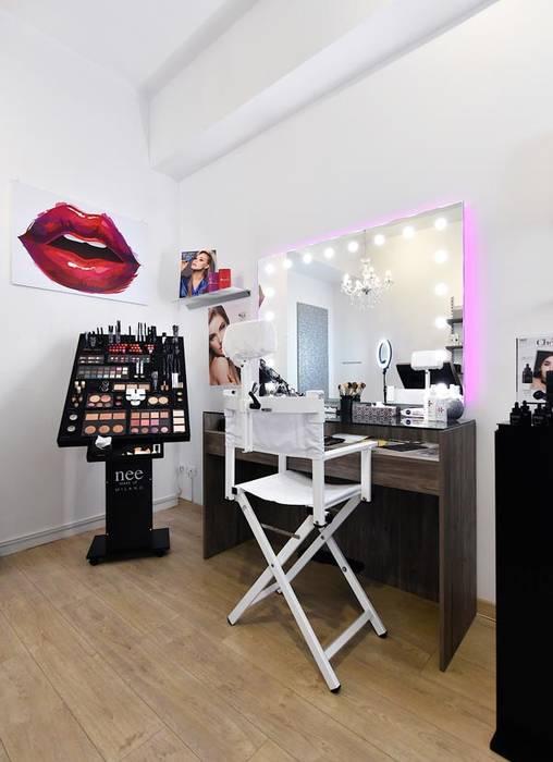 Specchio illuminato : Negozi & Locali commerciali in stile  di Unica by Cantoni