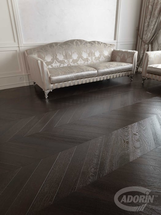 Parquet a spina in Rovere tono Wenge: Pavimento in stile  di Cadorin Group Srl