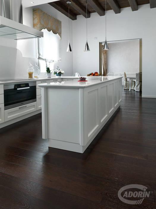 Parquet in Rovere tono Wenge: Cucina attrezzata in stile  di Cadorin Group Srl