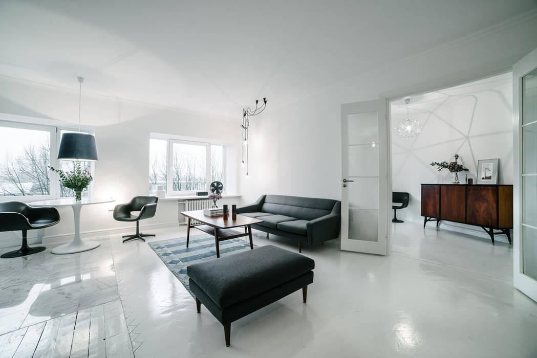 Sofa und Hocker in schwarz skandinavisch:  Wohnzimmer von Baltic Design Shop