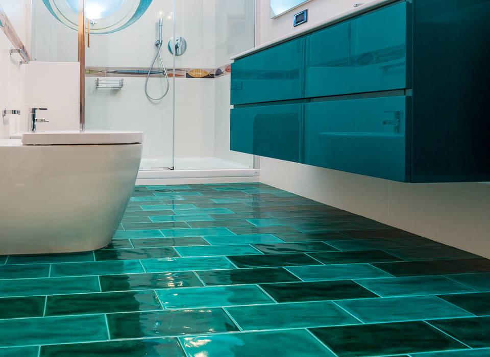 Pavimento turchese per bagno privato: Bagno in stile in stile Moderno di ADIdesign*  studio