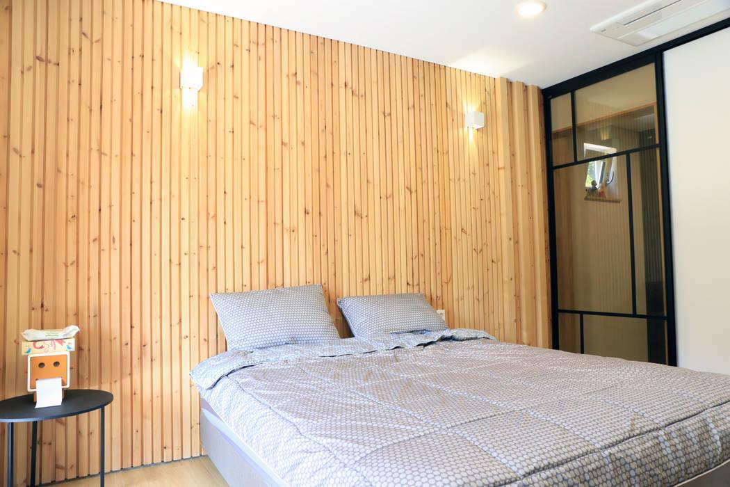 편백나무 향기가 가득한 침실 by (주)디엘건축 컨트리