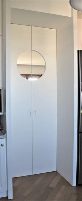 particolari porta cucina: Porte interne in stile  di HBstudio