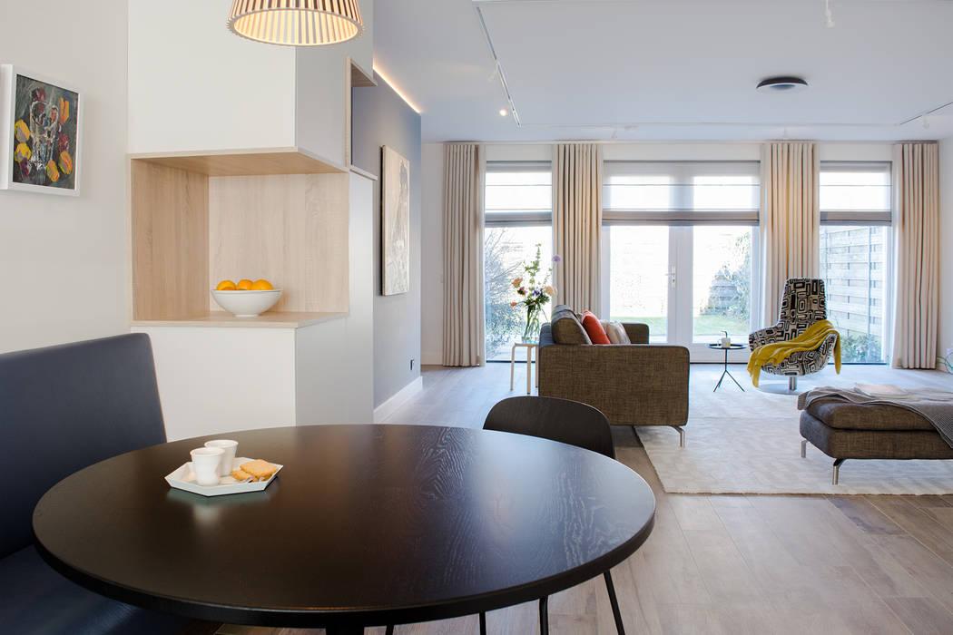 Woonkamer, leefkeuken en hoekkast op maat: moderne woonkamer door ...