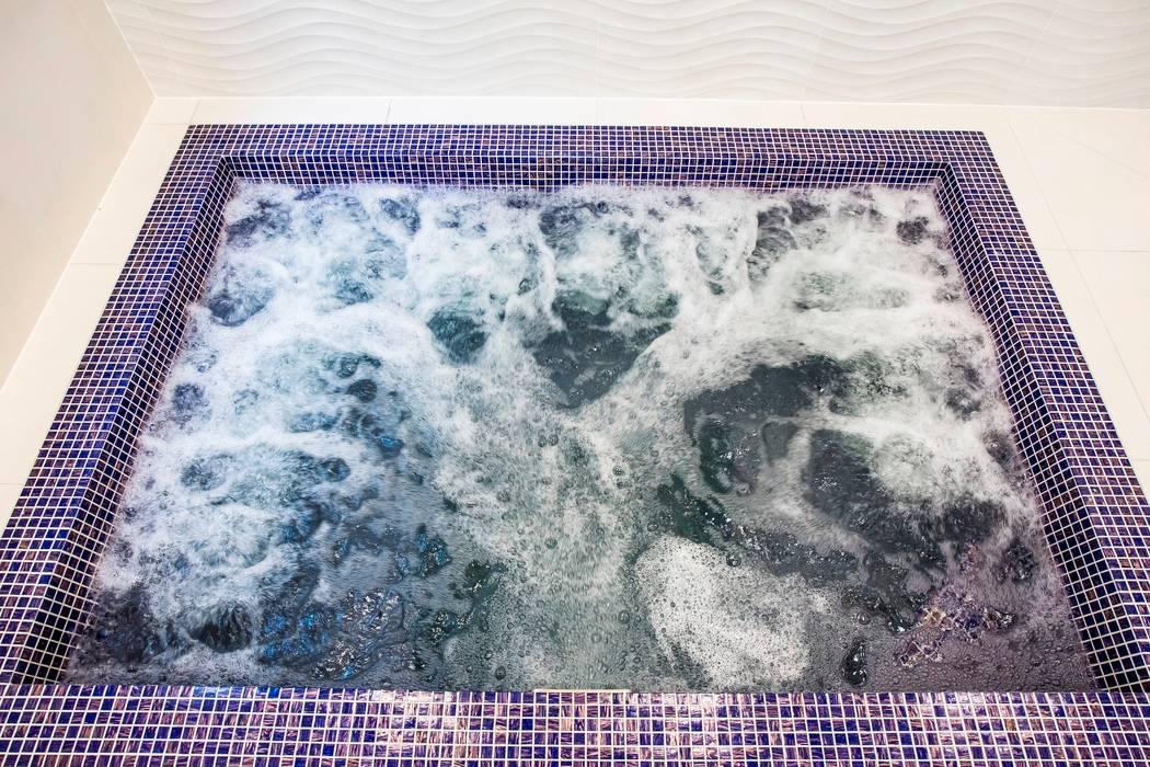 Luxury basement spa by London Swimming Pool Company Minimalist Glass