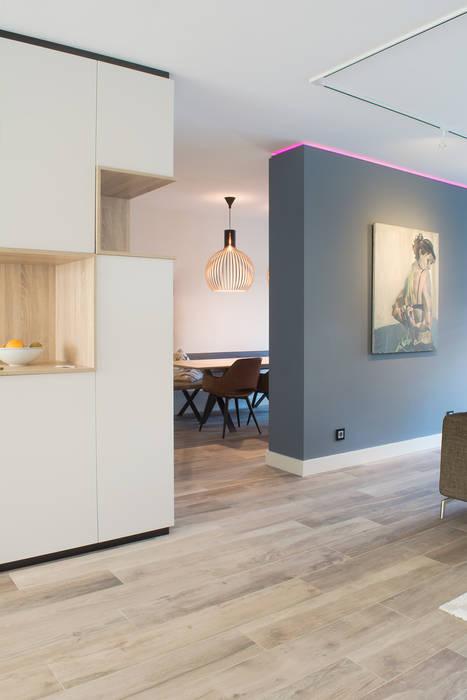 Scheidingswand en hoekkast: moderne woonkamer door stefania ...