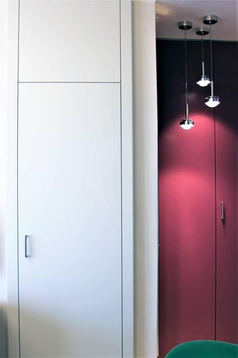 Porta di accesso al disimpegno/bagno: Porte in legno in stile  di HBstudio
