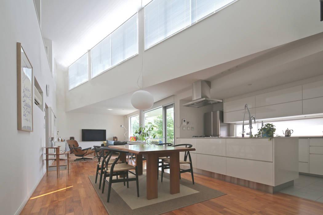 狭山:こだわりを持つ若夫婦のための家: JWA,Jun Watanabe & Associatesが手掛けたリビングです。,
