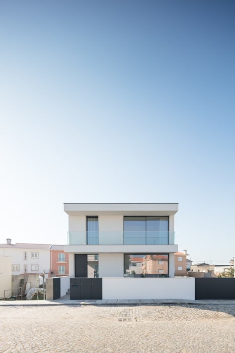 Casa Aguçadoura: Casas  por Raulino Silva Arquitecto Unip. Lda,