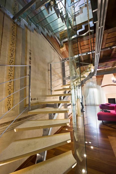 Scala in Marmo: Scale in stile  di Studio Merlini Architectural Concept