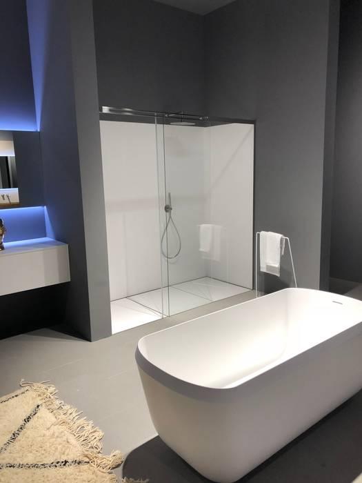 Box doccia scorrevole: Bagno in stile  di SILVERPLAT