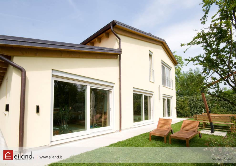 Benessere e comfort: Casa prefabbricata  in stile  di EILAND