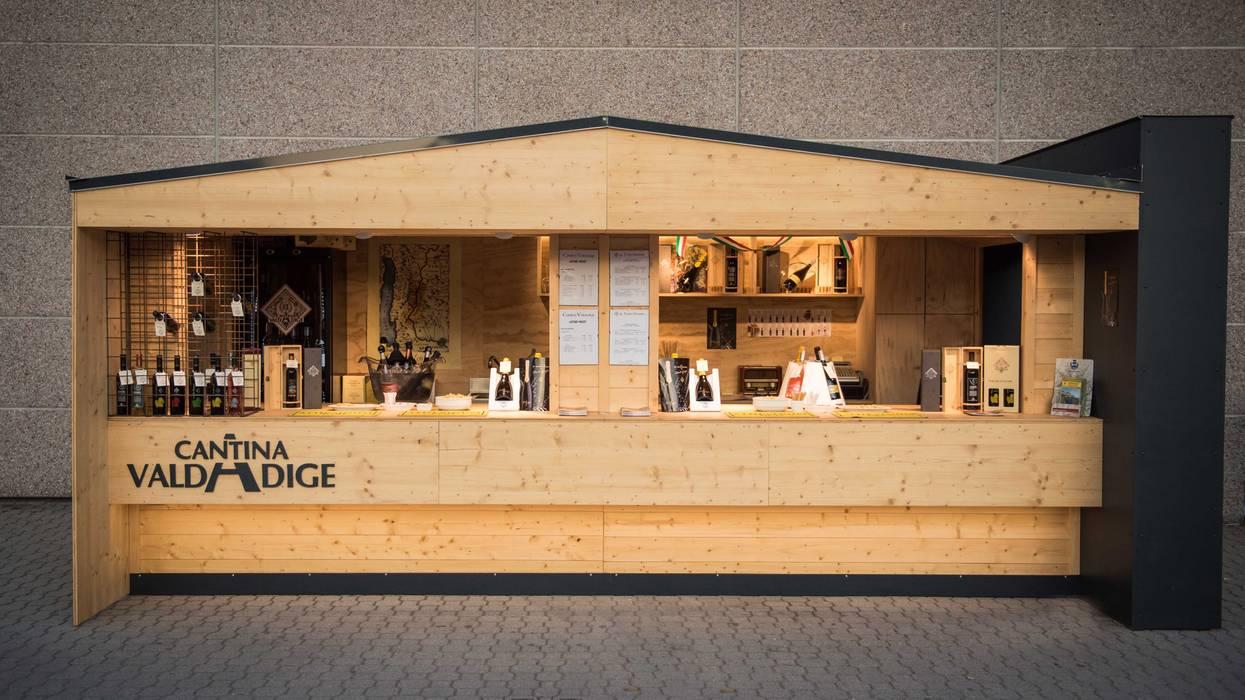 Vista frontale Stand Cantina: Negozi & Locali commerciali in stile  di PADIGLIONE B