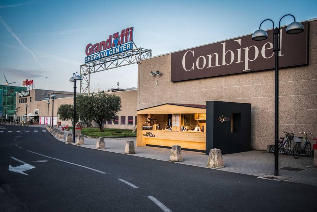 STAND VALDADIGE - CENTRO COMMERCIALE: Negozi & Locali commerciali in stile  di PADIGLIONE B