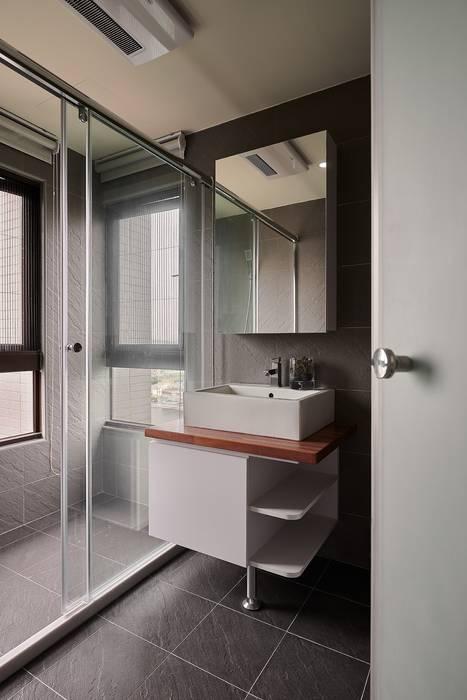 衛浴(實木板材質應用):  浴室 by 趙玲室內設計