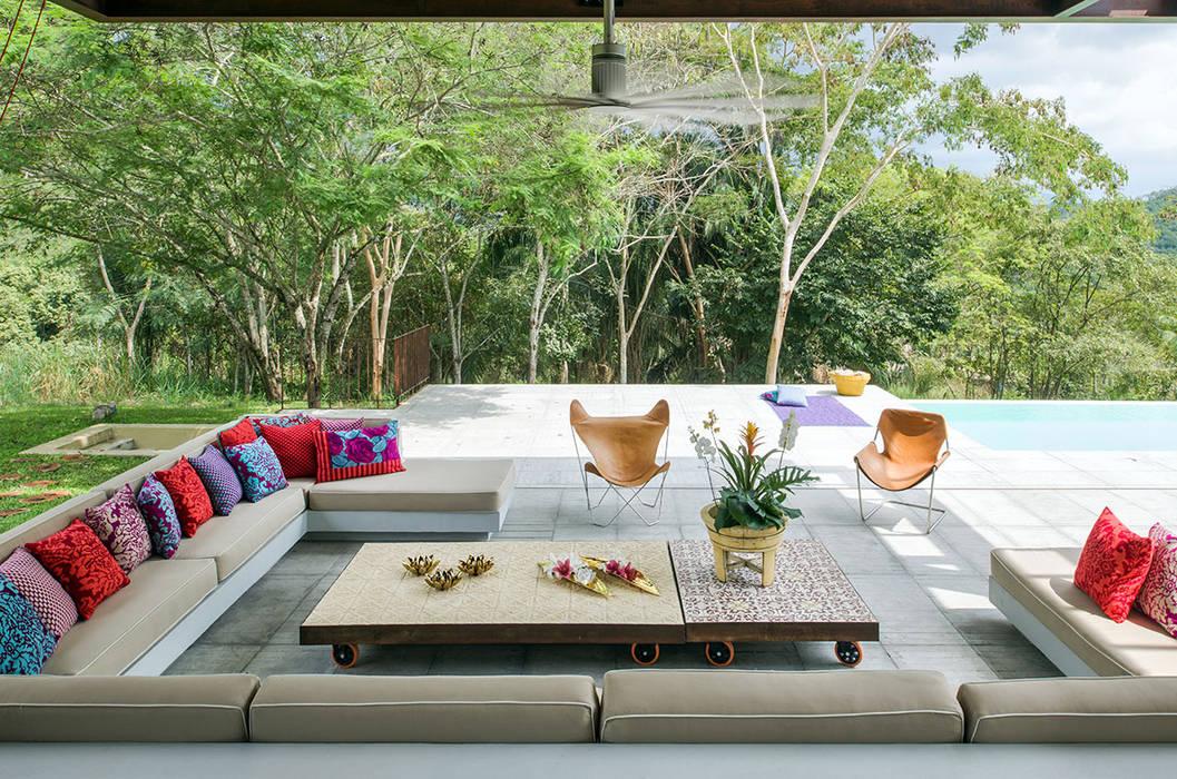 Casa Mesa de Yeguas X-13: Terrazas de estilo  por NOAH Proyectos SAS