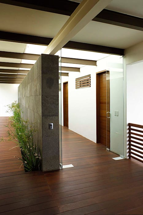Modern Corridor, Hallway and Staircase by Mayúscula Arquitectos Modern Wood Wood effect