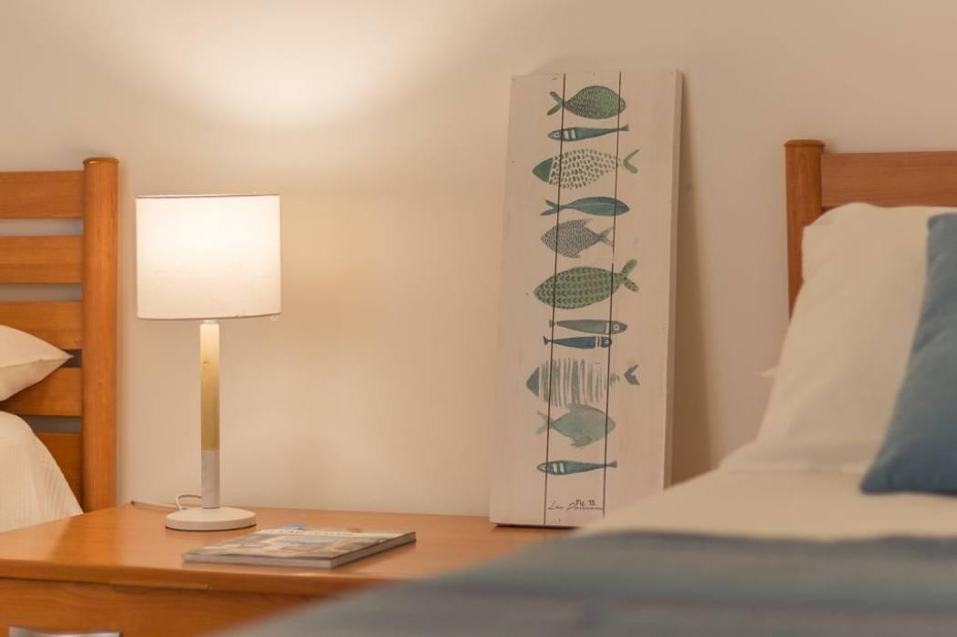 Villetta Mimosa: Camera da letto in stile in stile Mediterraneo di Anna Leone Architetto Home Stager