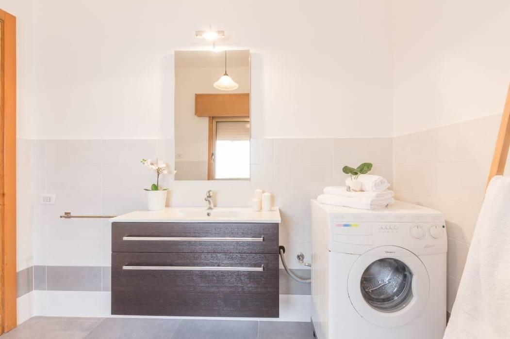 Villetta Mimosa: Bagno in stile in stile Moderno di Anna Leone Architetto Home Stager