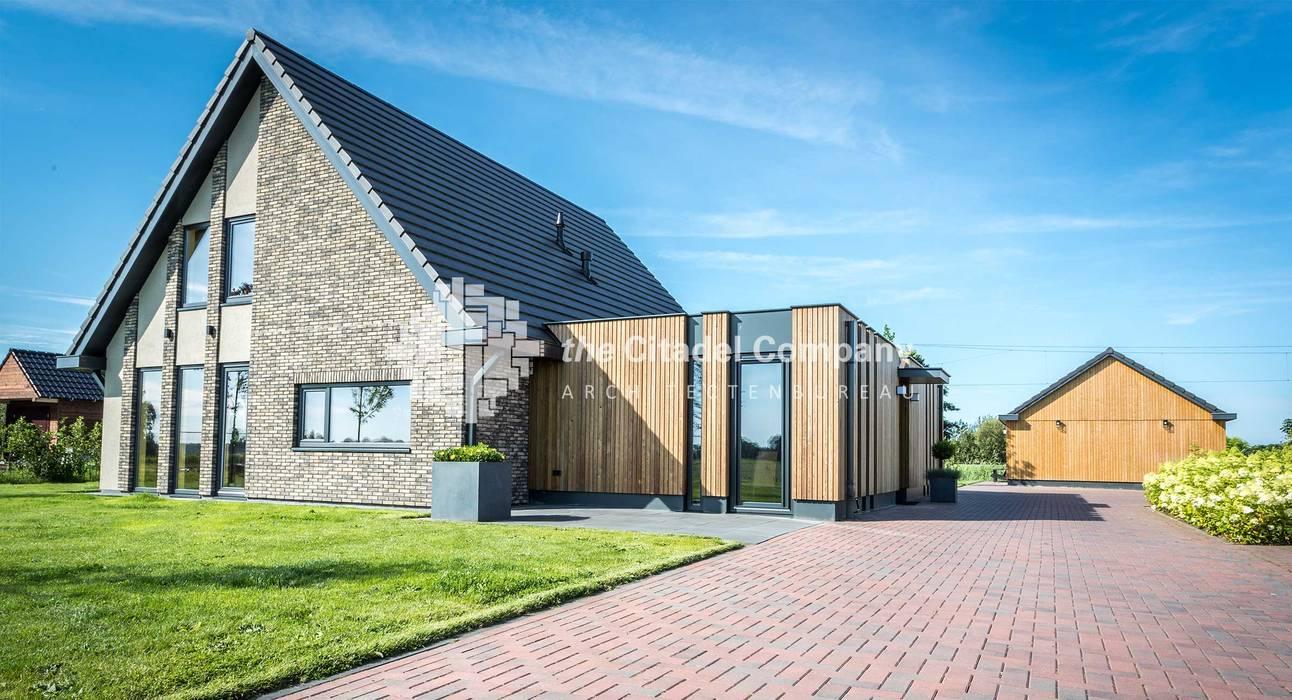 Eigentijdse villa in het buitengebied: huizen door architectenbureau