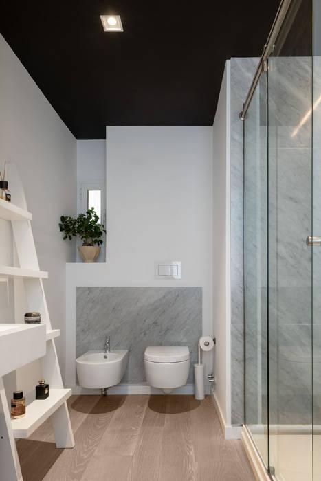 Il bagno padronale: Bagno in stile  di Patrizia Burato Architetto