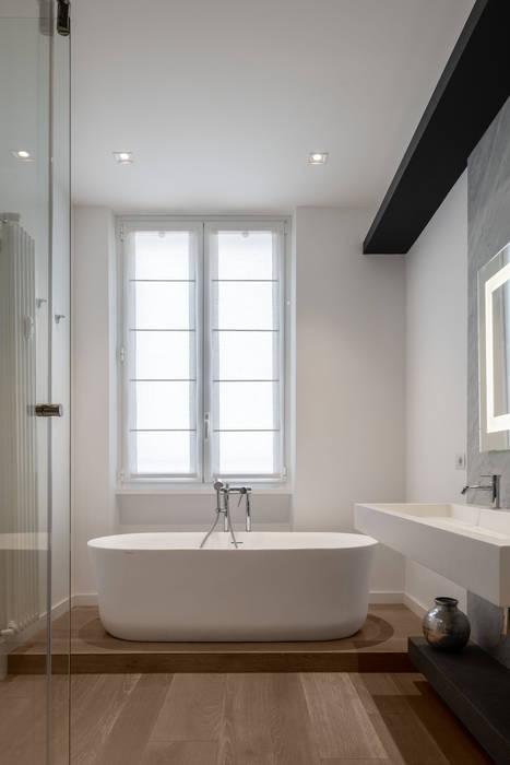 Il bagno padronale: Bagno in stile in stile Moderno di Patrizia Burato Architetto