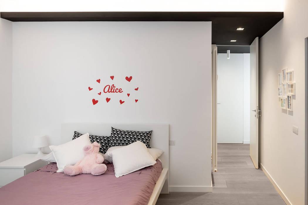 La camera della ragazza: Camera da letto in stile  di Patrizia Burato Architetto