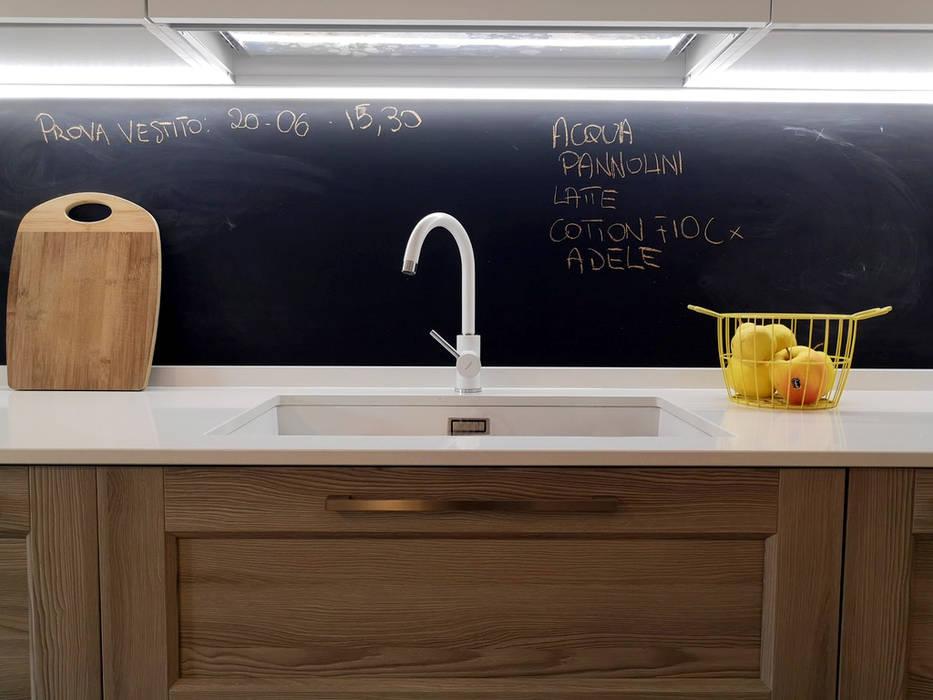 Particolare cucina con parete lavagna: cucina attrezzata in stile di ...