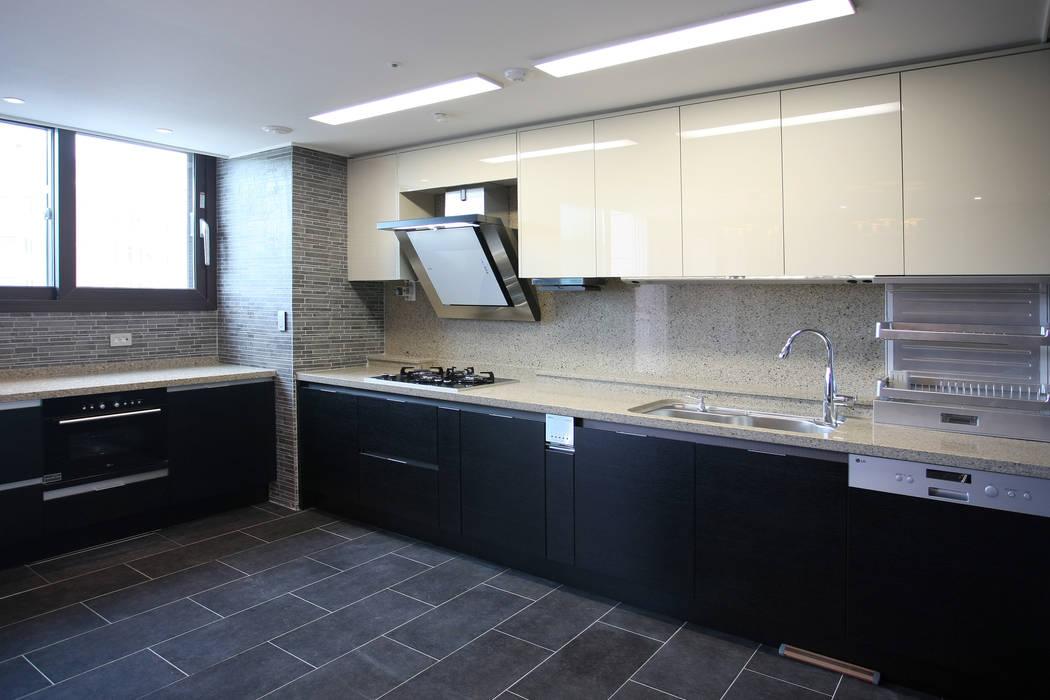 homify Modern kitchen Black