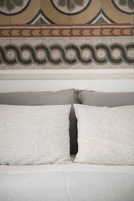 Camera | Testiera letto graniglie fine '800: Camera da letto in stile  di 02A Studio