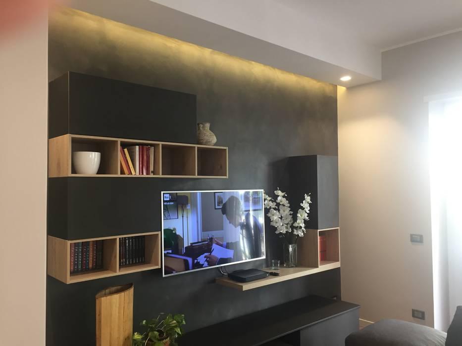 parete attrezzata: Soggiorno in stile in stile Moderno di Architetto Roberta Rinaldi