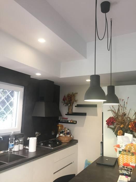 Angolo cottura: Cucina attrezzata in stile  di Architetto Roberta Rinaldi